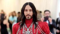 Namun ia membawa kepala yang wajahnya mirip dengannya itu.Dimitrios Kambouris/Getty Images for The Met Museum/Vogue