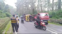 Tabrak Truk Terguling di Lembang, Pengendara Motor Luka Berat