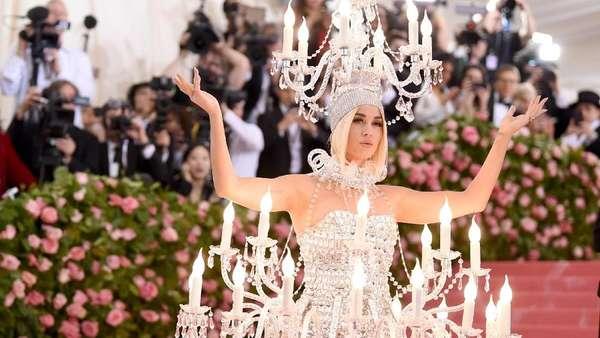 Bawa Kepala hingga Jadi Lampu, Penampilan Seleb di Met Gala 2019
