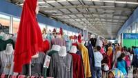 Hampir semua kios di Skybridge menjual pakaian muslim.