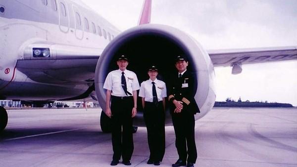 Setelah lulus, Ari pulang ke Jepang. Setelah melamar ke sana kemari, Ari akhirnya diterima sebagai trainee di maskapai Japan Airlines dan mulai bekerja sebagai co-pilot di tahun 2000. (rikkyo.ac.jp)