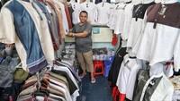 Para pedagang mulai menjual baju muslim di kawasan Skybridge Tanah Abang, Jakarta Pusat, Selasa (7/5/2019).
