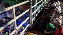 Melihat Kekhusyukan Warga Salat Tarawih di JPO Pasar Gembrong