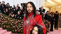 Jared Leto tampil seperti seorang pangeran di Met Gala 2019 di New York, Amerika Serikat pada Senin (6/5). Dimitrios Kambouris/Getty Images for The Met Museum/Vogue