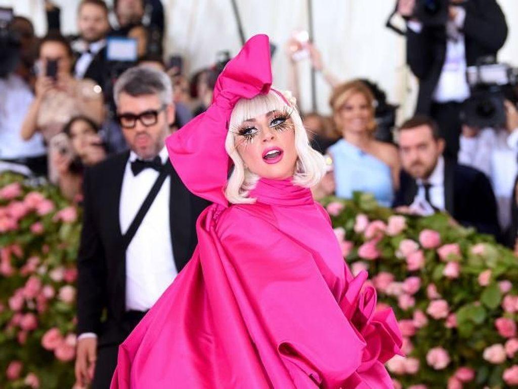 Duh! Lady Gaga Cium Pria Beristri di Atas Panggung