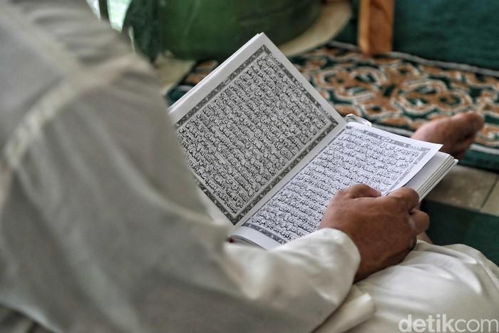 Bulan suci Ramadhan dimanfaatkan umat Muslim untuk mencari pahala sebanyak-banyaknya. Salah satunya lewat mengaji dan beribadah di Masjid.
