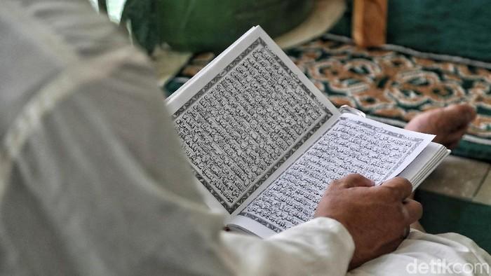 Membaca Al-Quran, salah satu metode yang kerap dipakai saat ruqyah. (Foto: Pradita Utama)