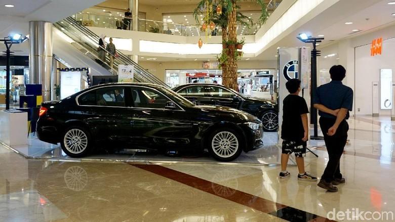 Penjualan mobil di mall Jakarta Foto: Rachman Haryanto