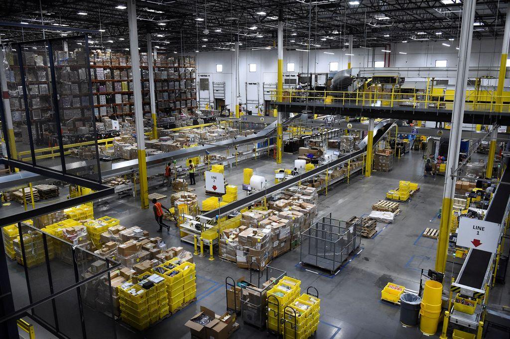 Ini adalah suasana salah satu gudang Amazon yang berlokasi di Baltimore, Amerika Serikat. Sebagai toko online terbesar di dunia, Amazon yang didirikan orang terkaya dunia, Jeff Bezos, mengoperasikan banyak gudang di berbagai negar. Foto: Reuters
