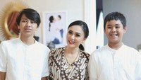 Anak Lulus Sekolah, Yuni Shara Rayakan dengan Makan Malam Bareng Mantan Suami