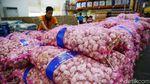 Momen Anies Cek Harga Bawang di Pasar Induk Kramat Jati