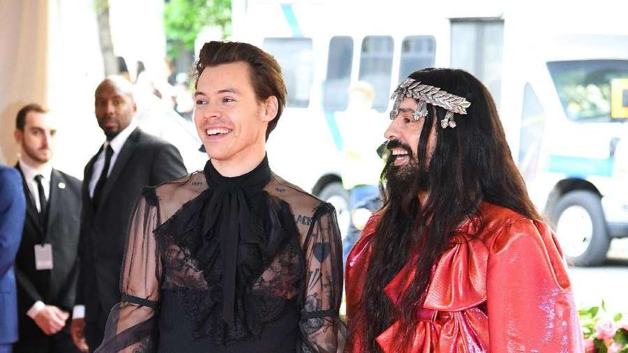 Dulu Pakai Gaun, Kini Harry Styles Jadi Balerina
