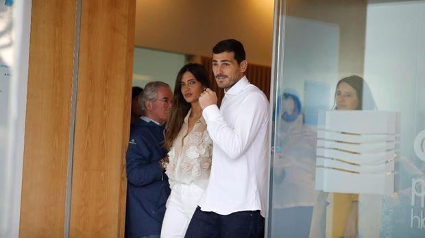 Iker Casillas didampingi istri saat keluar dari rumah sakit.