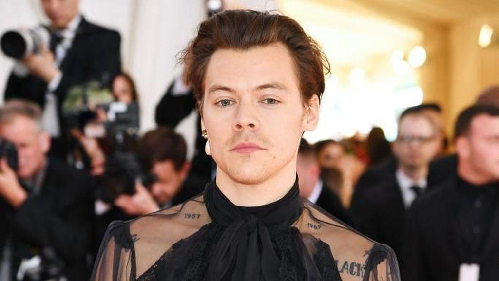 Gaya Mengejutkan Harry Styles Pakai Anting Mutiara dan Sepatu High Heels