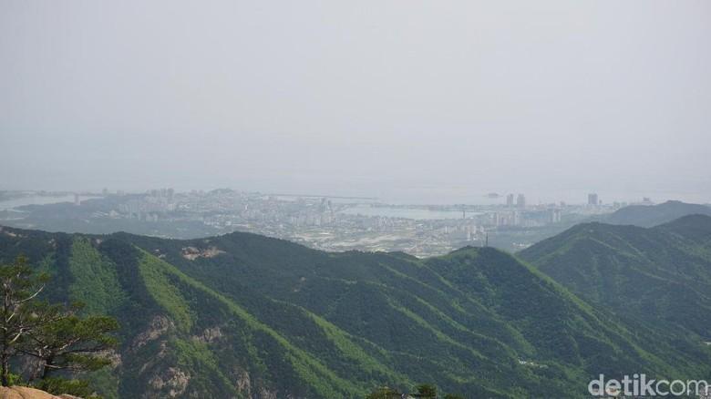 Kota Sokcho yang terlihat dari Gunung Seorak (Afif Farhan/detikTravel)