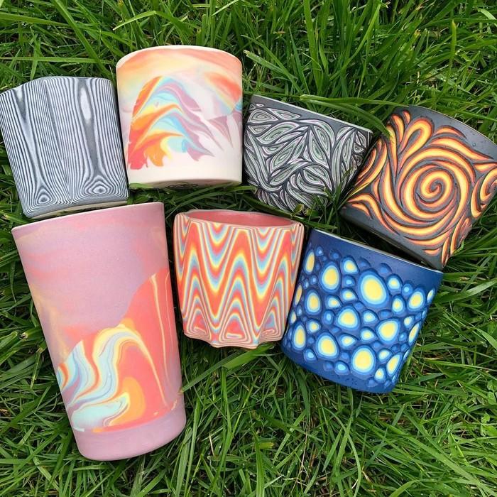Berbagai paduan warna dan bentuk keramik pernah ia buat. Kebanyakan karyanya dibuat dengan paduan warna-warna yang cerah. Foto: instagram @forestceramicco