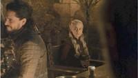 Baru-baru ini ramai misteri cup kopi yang ada di depan Daenerys di Game of Thrones Season 8 Episode 4. Lalu apa sebenarnya jawaban dan milik siapa kah itu? Foto: Dok. Ist