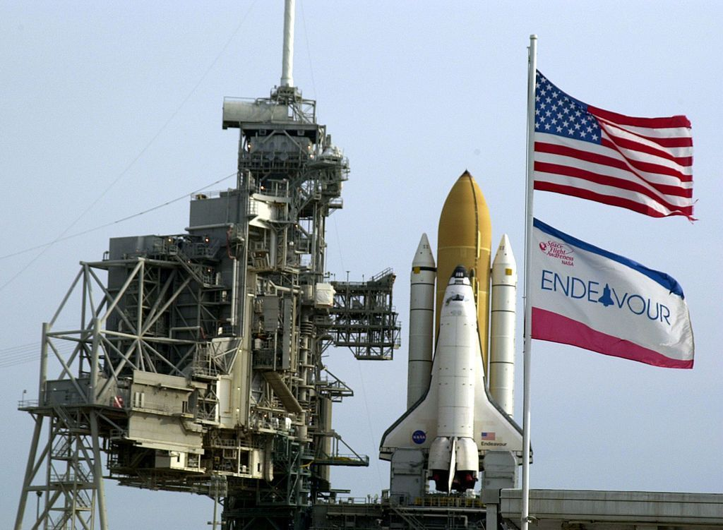 Endeavour dalam salah satu peluncurannya di Kennedy Space Center, Florida. Endeavour adalah pesawat terakhir atau kelima dalam program pesawat ulang alik yang dulu pernah digeber NASA. Foto: Getty Images