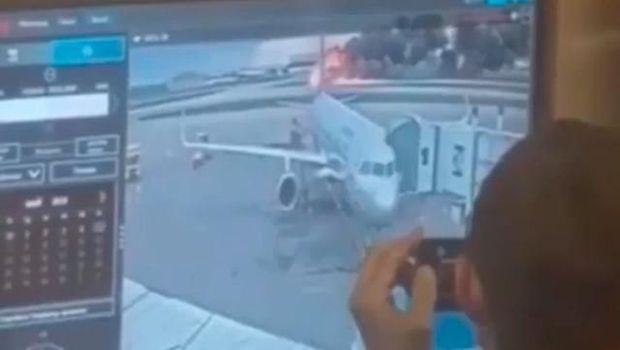 Screenshot rekaman video yang menunjukkan pegawai Bandara Sheremetyevo, Rusia tertawa saat pesawat Sukhoi Superjet-100 milik Aeroflot terbakar di landasan