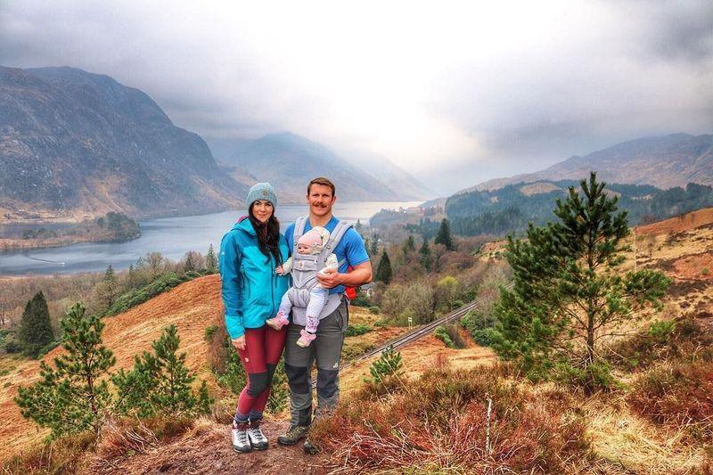 Deborah MacDonal dan Scotty Mills merupakan pasangan asal Skotlandia yang suka bertualang, terutama mendaki gunung. Baru-baru ini mereka menarik perhatian karena membawa bayi mereka yang berusia 5 bulan mendaki gunung. (Caledonian Wayfarer/Facebook)