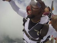 Foto Saat Skydiving, Pose Pria Ini Malah Bikin Ngakak!