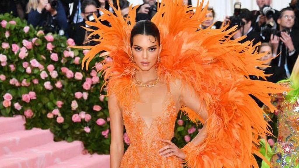 Halloween, Kendall Jenner Pakai Headpiece Karya Rinaldy Yunardi