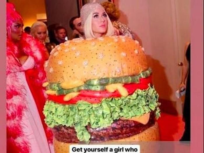 Katy Perry jadi burger di MET Gala 2019. Foto: Dok. Instagram