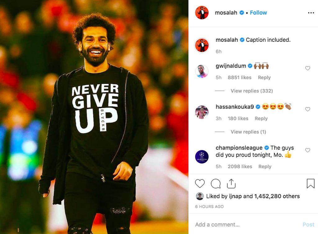 Mo Salah yang tidak bermain karena cedera memajang foto ini di Instagram. Tampak dia tersenyum lebar memakai kaos Never Give Up yang benar-benar dilakukan Liverpool. Foto: Instagram