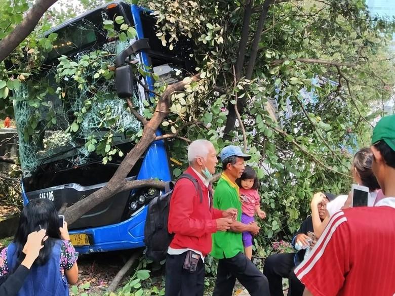 TransJ Tabrak Separator di Grogol, Seluruh Penumpang Dievakuasi