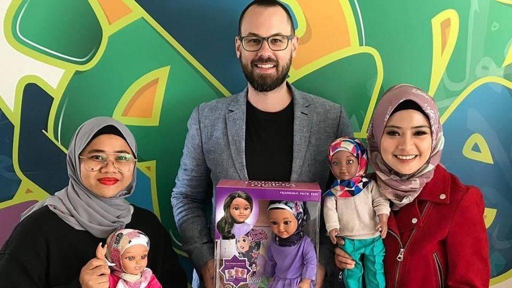 Kisah Pria Mualaf yang Sukses Bikin Boneka Hijab Salam Sisters