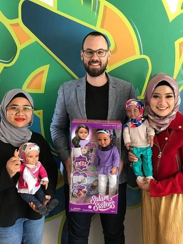 Kisah Pria Mualaf yang Sukses Bikin Boneka Hijab 'Salam Sisters'