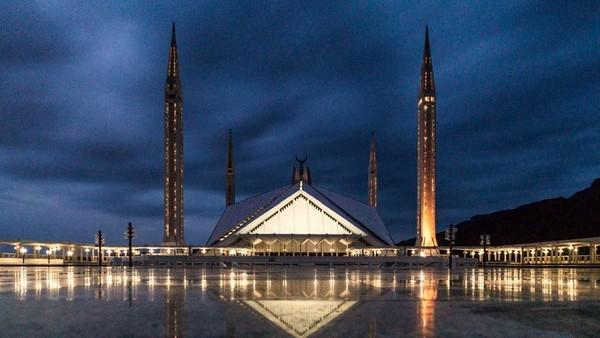 Tak seperti kubah bulat pada umumnya, namun, masjid dibuat mirip tenda dengan empat menara di setiap sudutnya. (iStock)