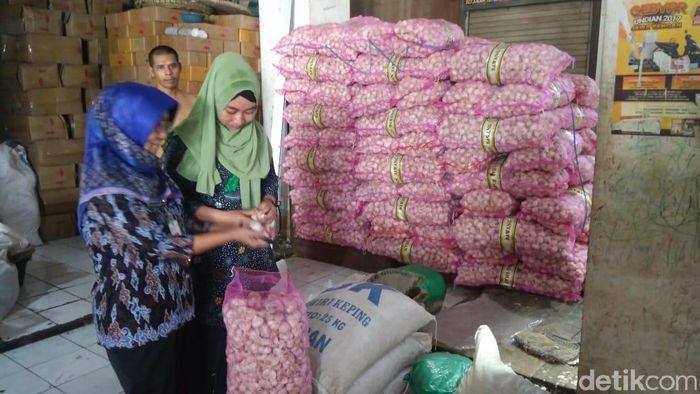 Foto: Pemkab Kudus sidak komoditas bawang putih Pasar Bitingan. Foto Akrom Hazami