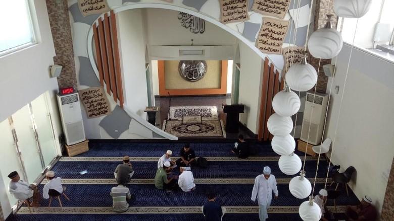 Umat yang tengah beribadah di Masjid Kabbah Makassar (Ibnu/detikcom)