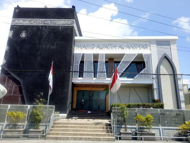 Masjid ini diberi nama asli Masjid Al Fatih Al Anshar, berlokasi di Jalan Paccinang Raya, Kelurahan Tallo, Kecamatan Panakukang Makassar, Sulawesi Selatan (Ibnu/detikcom)