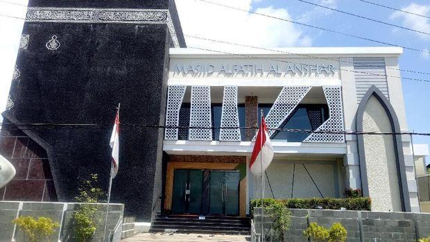 Nama aslinya adalah Masjid Al Fatih Al Anshar