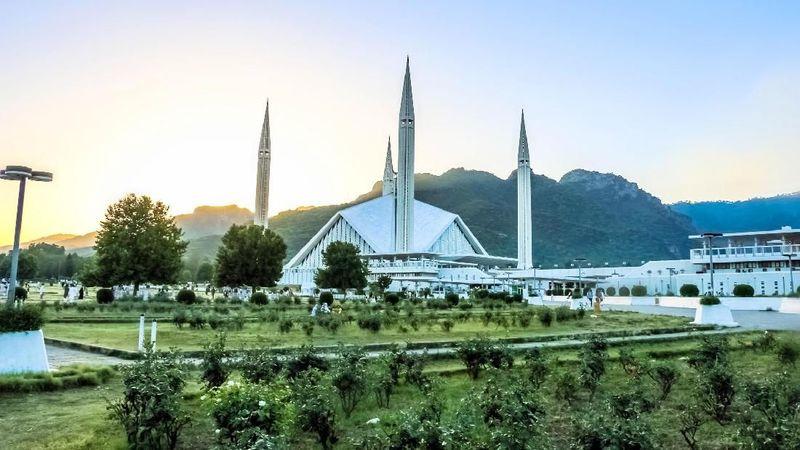Shah Faisal Mosque adalah masjid kebanggaan Pakistan. Tak cuma yang terbesar, masjid ini juga punya bentuk yang modern. Malah sedikit mirip landasan pacu ruang angkasa. (iStock)
