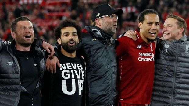 Mohamed Salah menyaksikan laga Liverpool vs Barcelona.