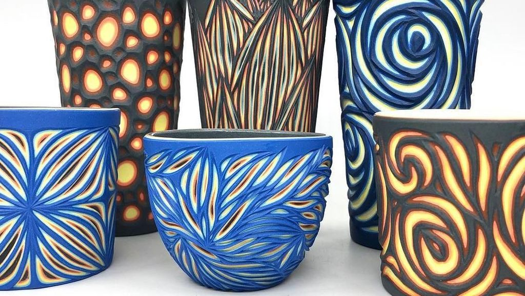 Kerennya Seniman yang Buat Piring dan Gelas Keramik dengan Teknik Ukir