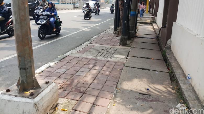 Lokasi sedan mewah tabrak 2 pejalan kaki dan seorang pengedara ojol di Mampang, Jaksel, Rabu (8/5/2019). Foto: Farih Maulana-detikcom