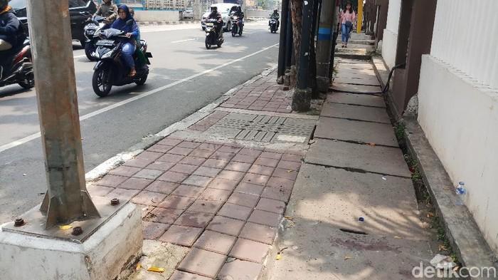Setelah menabrak pengendara ojek online (ojol) dan dua orang pejalan kaki di Mampang, Jaksel, sopir sedan mewah Camry berusaha kabur. (Farih Maulana/detikcom)