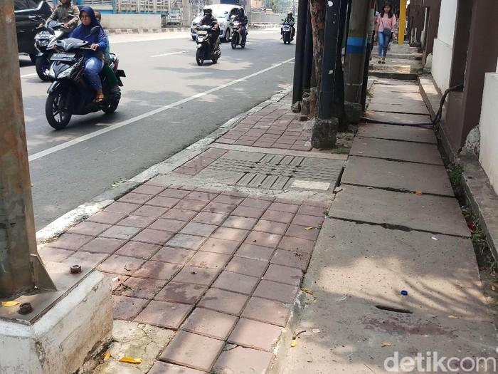 Lokasi sedan mewah tabrak 2 pejalan kaki dan seorang pengedara ojol di Mampang, Jaksel, Rabu (8/5/2019)Foto: Farih Maulana-detikcom