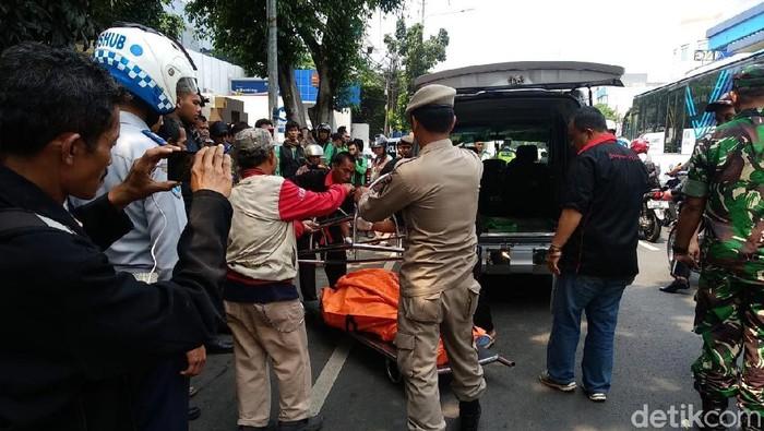 Korban tabrakan sedan mewah di Mampang, Jaksel. (Foto: Farih Maulana/detikcom)