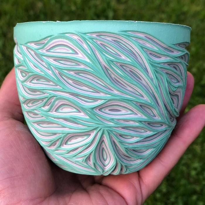 Dengan teknik spesial, Sean membuat tampilan keramik menjadi lebih menarik. Ia membuat banyak lapisan warna lalu mengukirnya dengan bentuk meliuk. Foto: instagram @forestceramicco