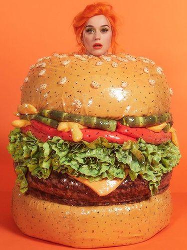 Katy Perry jadi burger di MET Gala 2019.