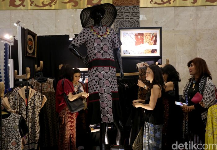 Sejumlah pengunjung nampak melihat beragam batik yang dipamerkan dalam Pagelaran Batik Nusantara 2019 di JCC, Jakarta, Rabu (8/5/2019).