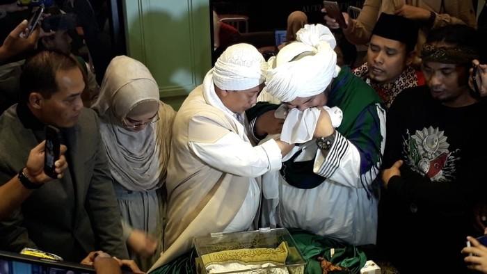 Opick dan Derry Sulaiman saat jumpa pers soal rambut Rasulullah.