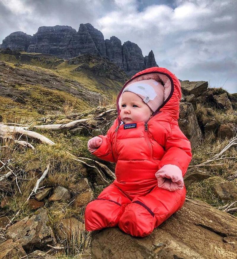Pasangan ini membawa bayinya yang bernama Lara Mills. Bayi cantik ini baru berusia 5 bulan dan telah naik ke 13 gunung dan bukit di Skotlandia. (Caledonian Wayfarer/Facebook)