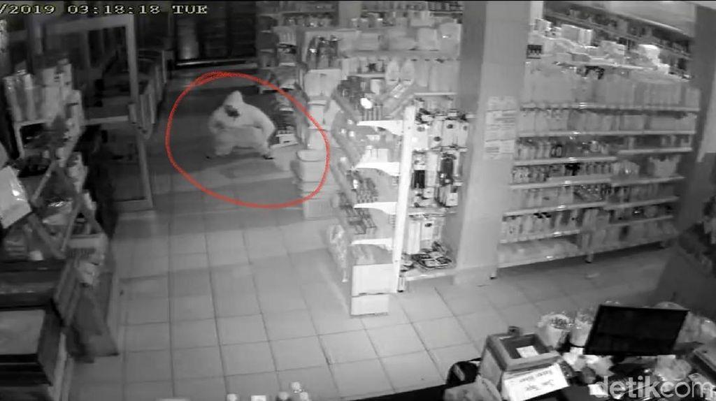 Rampok di Sukabumi Terekam CCTV Lagi BAB, Buang Sial atau Gangguan Mental?