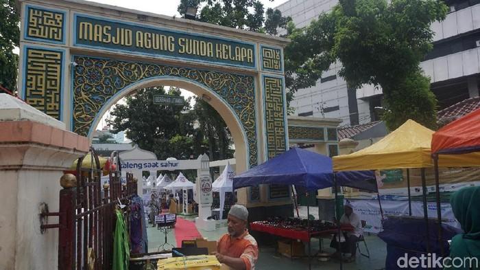 Takjil di Masjid Sunda Kelapa
